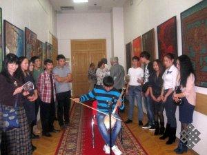 В Дипломатической академии МИД РФ открылась выставка тувинского художника Шой Чурука